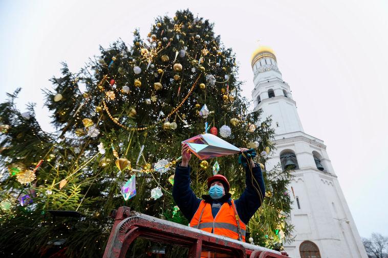 Украшение главной новогодней елки страны на Соборной площади Московского Кремля, 22 декабря 2020 года