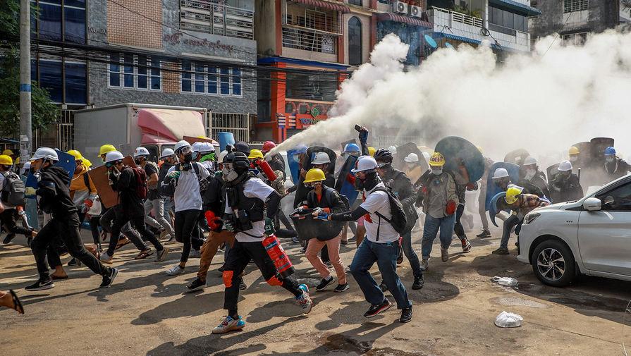 Протестующие во время столкновений с полицией в Янгоне, 3 марта 2021 года