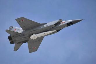 Взлёт МиГ-31К с гиперзвуковой ракетой «Кинжал», закрепленной в нижней точке подвески на корпусе истребителя-перехватчика.