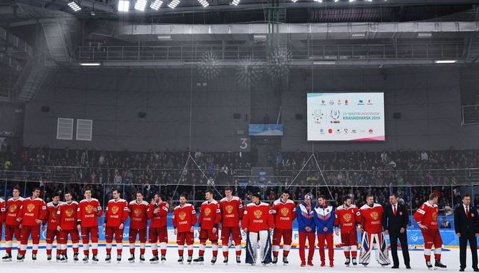 Игроки сборной России на церемонии награждения после окончания финального матча соревнований по хоккею между студенческими сборными России и Словакии на XIX Всемирной зимней Универсиаде-2019 в Красноярске.