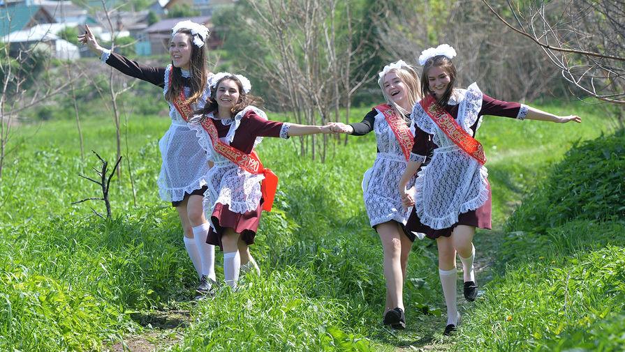 Выпускницы во время последнего звонка около сельской школы в Челябинской области, 25 мая 2020 года