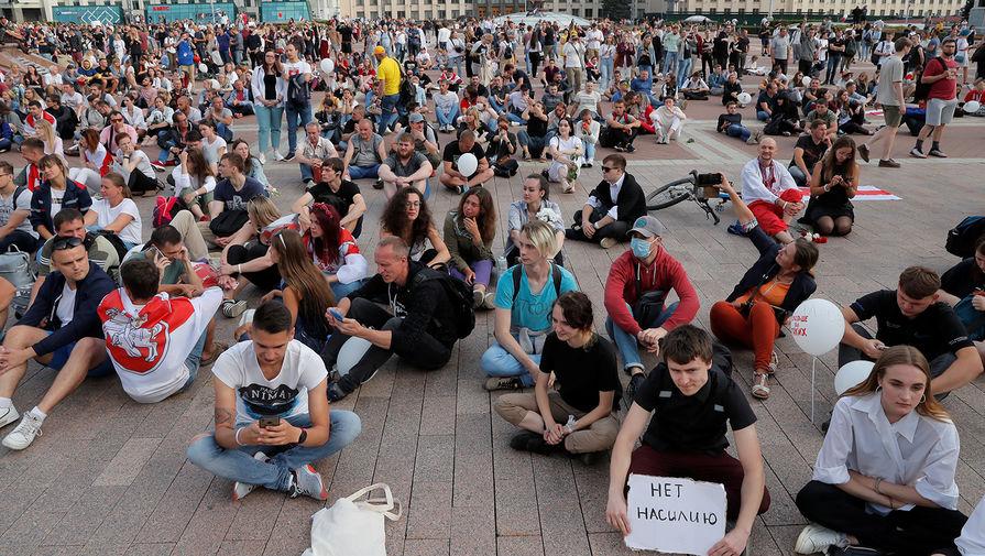 Участники протестной акции около Дома правительства Белоруссии в Минске, 14 августа 2020 года