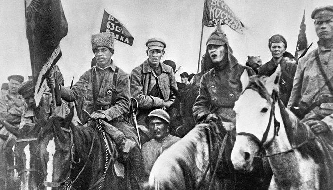 Бойцы Первой конной армии на митинге по случаю вручения им почетного революционного Красного Знамени ВЦИК, 1920 год