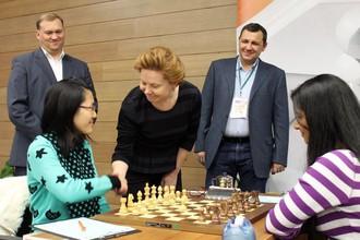 Губернатор ХМАО-Югра Наталья Комарова делает первый ход в партии чемпионки мира Хоу Ифань