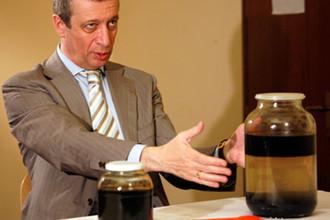 Знаменитые банки с нефтью и скважинной жидкостью, принесенные в суд адвокатами Ходорковского и Лебедева