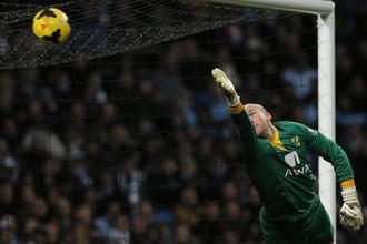 Голкипер «Норвича» пропускает один из семи мячей в свои ворота от «Манчестер Сити»