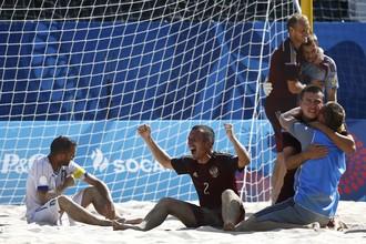 Россияне празднуют победу в пляжном футболе