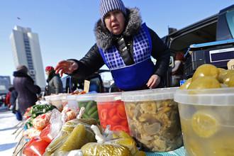 Продажа солений на продовольственной ярмарке на центральной площади Владивостока