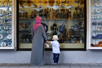 Женщина в мусульманской одежде около магазина в общине Гармиш-Партенкирхен, Германия, август 2016 года