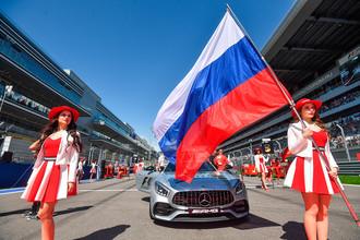 Грид герлз перед стартом гонки на российском этапе чемпионата мира по кольцевым автогонкам в классе «Формула-1»