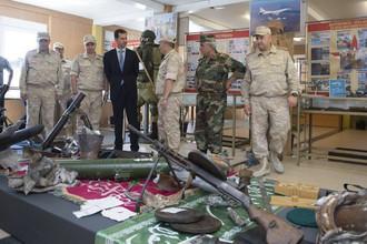 Президент Сирии Башар Асад на российской авиабазе Хмеймим в провинции Латакия. Фотографии опубликованы агентством SANA 27 июня 2017 года
