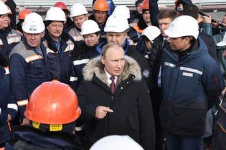 Президент РФ Владимир Путин во время осмотра готового участка автодорожной части Крымского моста, 14 марта 2018 года