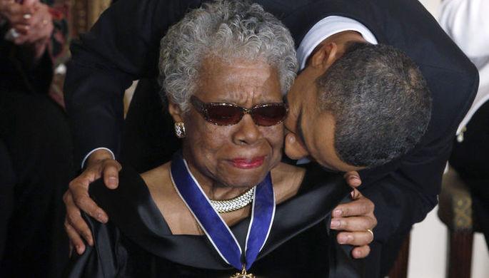 Президент США Барак Обама вручает Майе Энджелоу медаль Свободы