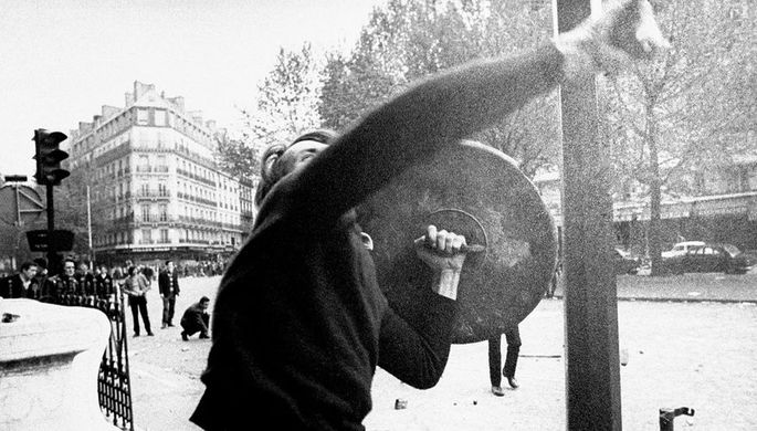 Участник демонстрации в Париже, май 1968 года