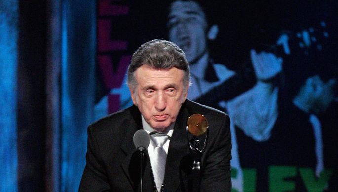 Доминик Джозеф Фонтана во время церемонии включения в Зал славы Рок-н-ролла в Кливленде, 2009 год