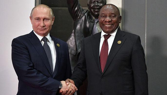 Президент России Владимир Путин и президент Южно-Африканской Республики Сирил Рамафоза перед...