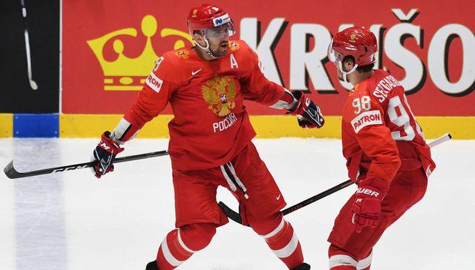 Хоккеисты сборной России Александр Овечкин (слева) и Михаил Сергачёв