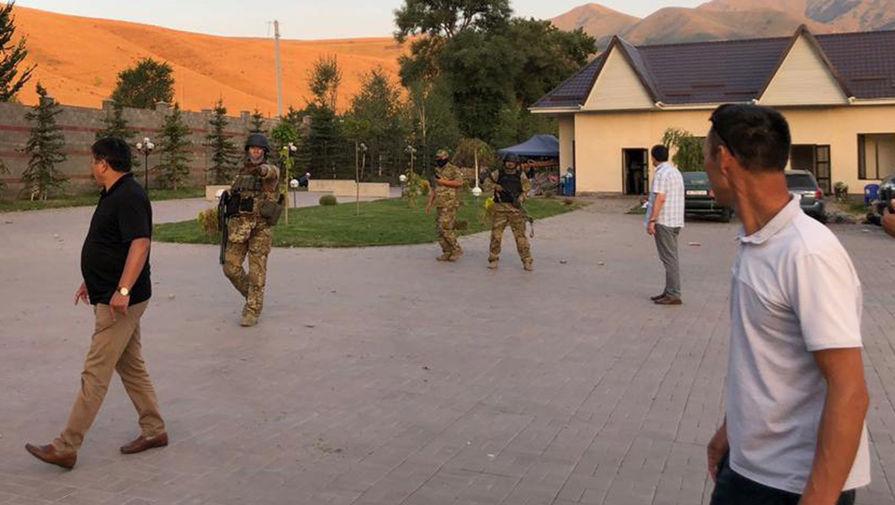 Шесть силовиков остались в доме Атамбаева после попытки штурма
