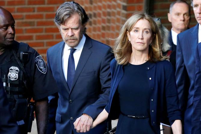 Актриса Фелисити Хаффман с мужем актером Уильямом Х. Мэйси у здания федерального суда Бостона, 13 сентября 2019 года
