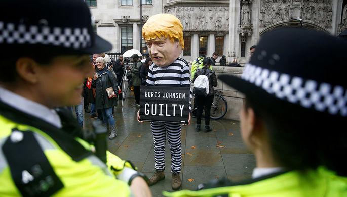 Участник акции протеста около здания Верховного суда Великобритании в Лондоне, 24 сентября 2019 года