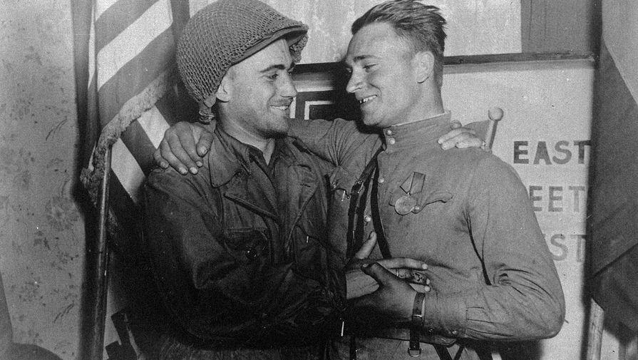 Лейтенант Робертсон и лейтенант Сильвашко на фоне надписи «Восток встречается с Западом», символизирующей историческую встречу союзников на Эльбе, 25 (27) апреля 1945 года