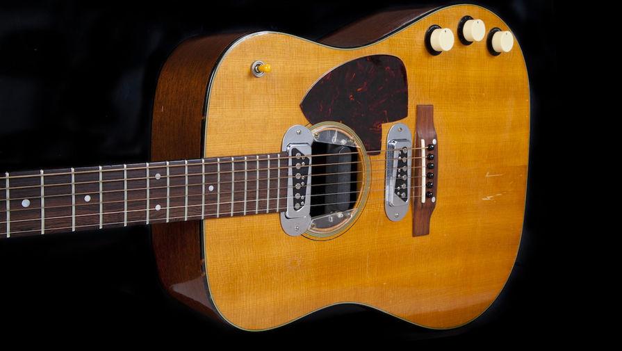 Гитара Martin D-18E Курта Кобейна на который он играл на концерте MTV в Нью-Йорке в 1993 году