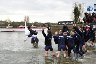 Студенческая комада Оксфорда празднует победу
