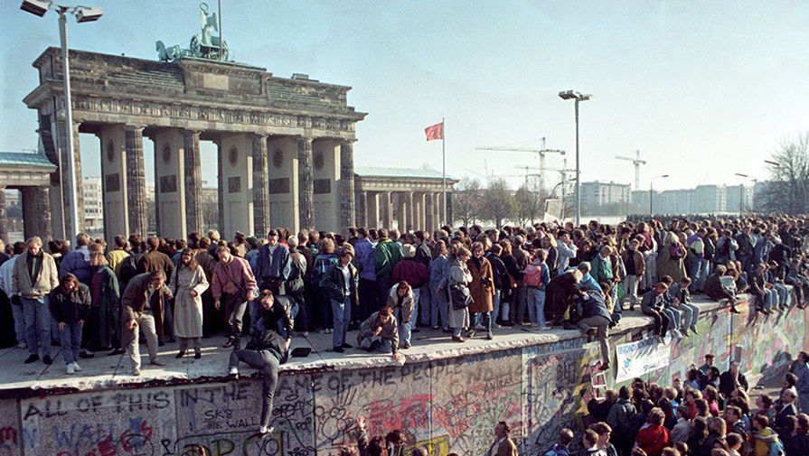 the role significance and fall of the berlin wall The berlin wall, erected november 13 (32 along the east/west berlin border) the berlin wall was not an easy historical significance the wall served as the.