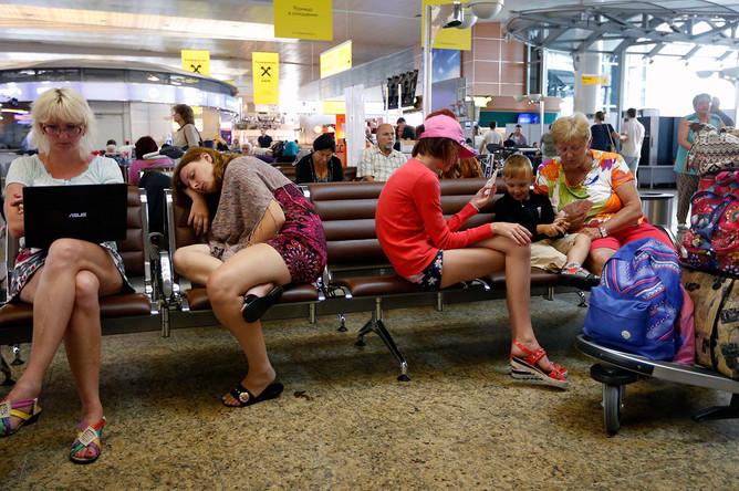 Пассажиры в зале ожидания в аэропорту Шереметьево