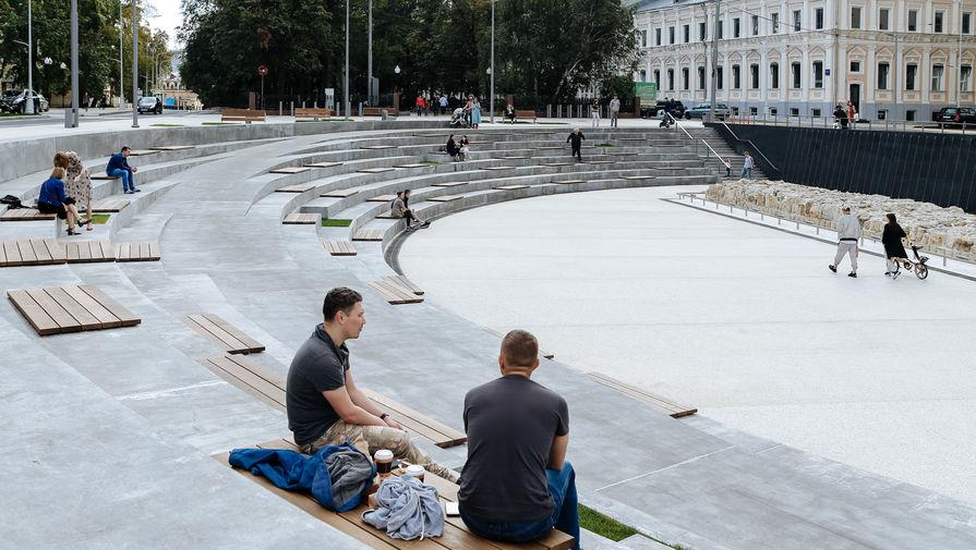Многолетнюю стройку на Хохловской площади музеефицировали и превратили в парк с амфитеатром. В...