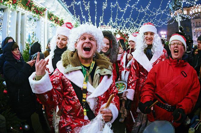 Участники парада Дедов Морозов в центре Москвы, 29 декабря 2017 года