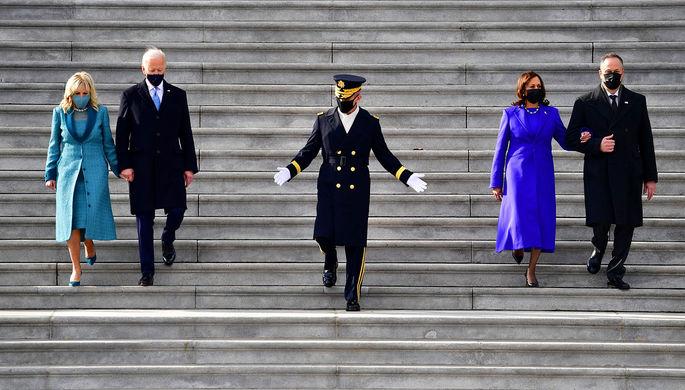 Президент США Джо Байден и его жена Джилл (слева) и вице-президент США Камала Харрис и ее муж Дуг Эмхофф