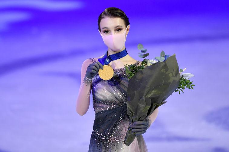 Анна Щербакова со своей золотой медалью во время церемонии награждения, 26 марта 2021 года