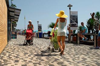 Набережная вдоль Массандровского пляжа в Ялте