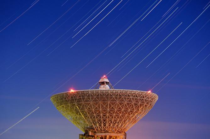 Ночное небо в Приморском крае на фоне радиотелескопа РТ-70, 15 декабря 2016 года