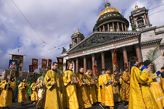 Крестный ход около Исаакиевского собора в Санкт-Петербурге, апрель 2016 года