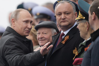 Президент России Владимир Путин и президент Молдавии Игорь Додон во время военного парада в ознаменование 72-й годовщины победы в Великой Отечественной войне