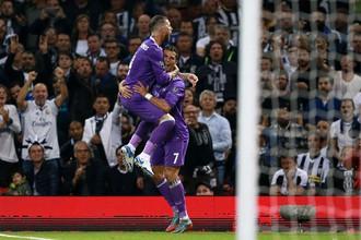 Футболисты «Реала» Серхио Рамос и Криштиану Роналду радуются забитому мячу в финальном матче Лиги чемпионов с «Ювентусом»