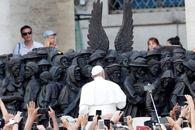 Папа Римский Франциск открывает памятник мигрантам в Ватикане, 29 сентября 2019 года