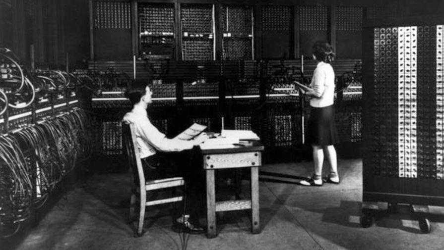 Инженер и программист ENIAC проверяют конфигурацию рядом со стойками мультипликатора, 1946 год