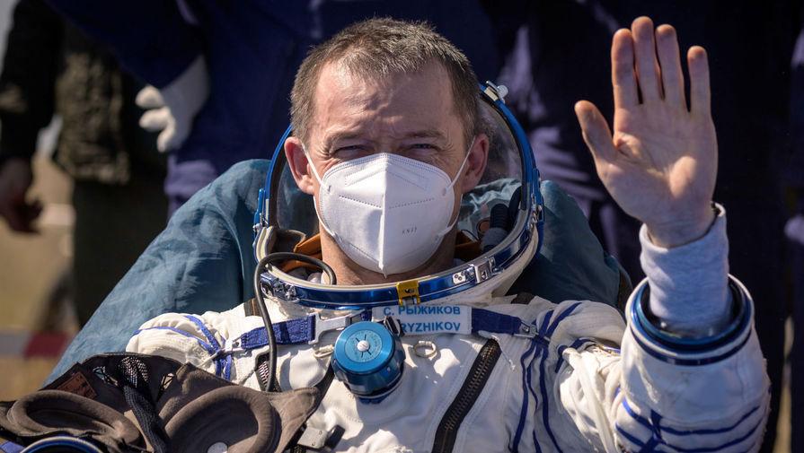 Космонавт Сергей Рыжиков после приземления корабля «Союз МС-17» в степи Казахстана, 17 апреля 2021 года