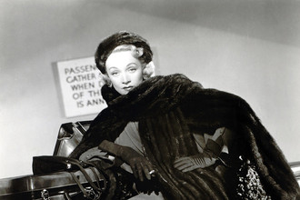 Марлен Дитрих, подруга и соседка господина Диора по Авеню Монтень, пришла на его первый показ в феврале 1947 года. Покоренная новым стилем, она стала его верной поклонницей на сцене и в жизни
