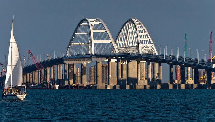 На Крымском мосту ограничили движение после ДТП с автоцистерной, есть пострадавшие
