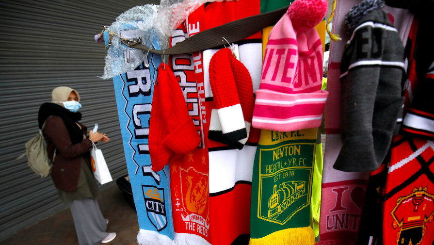 Футбольные шарфы клубов АПЛ на фоне женщины в маске от коронавируса