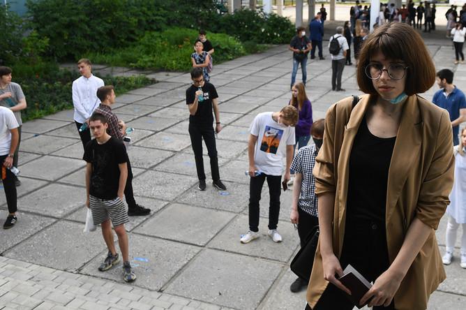 Школьники перед началом сдачи ЕГЭ по информатике в «Образовательном центре гимназии № 6 «Горностай» в Новосибирске, 3 июля 2020 года