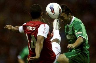 Тео Уолкотт с экзотической надписью на спине борется за мяч