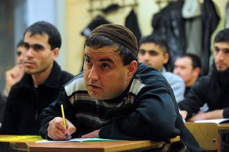 Госдума в первом чтении приняла закон, обязывающий мигрантов учить историю и законы России