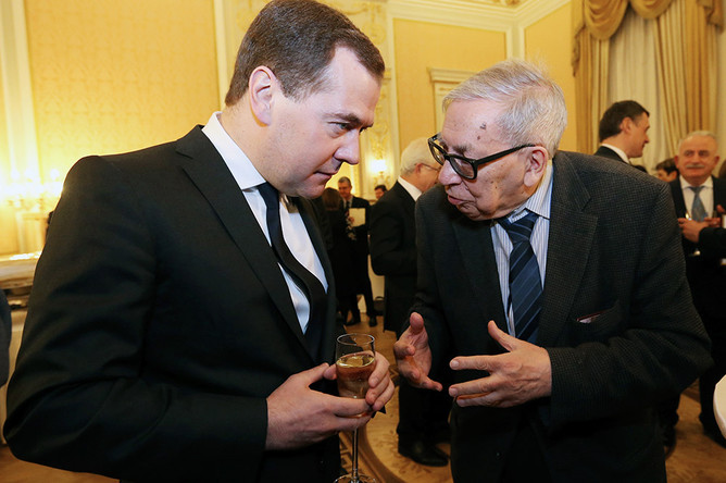 Засурский фактически стал деканом в 1963 году, застав правление Хрущева. Таким образом декан работал при Хрущеве, Брежневе, Андропове, Черненко, Горбачеве, Ельцине, Путине и Медведеве