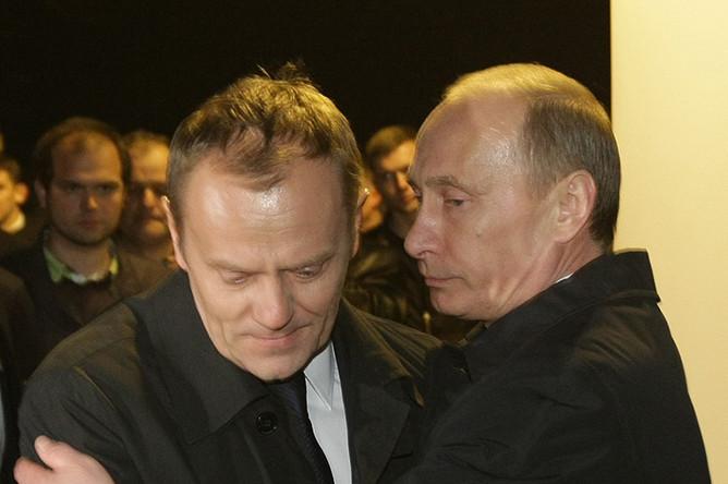 Главы правительств России и Польши Владимир Путин и Дональд Туск посетили место крушения польского правительственного самолета Ту-154 под Смоленском