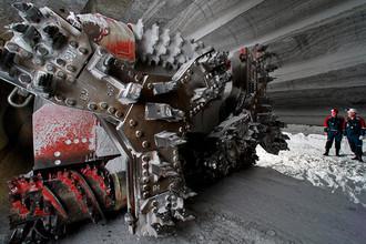 Комбайн в выработке шахты рудоуправления Березники-4 добывает каменную соль